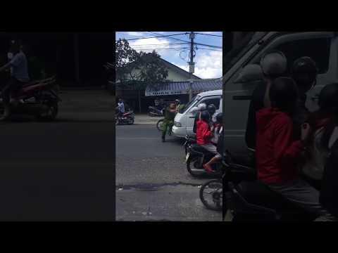 [Biến] Tài xế lái lái xe vi phạm đâm hất công an trên nắp cabo nguyên dãy phố