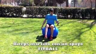 Biceps martillo sentado sobre fitball con mancuernas en un apoyo