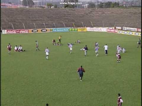 durante una partita di calcio un fulmine colpisce il campo!