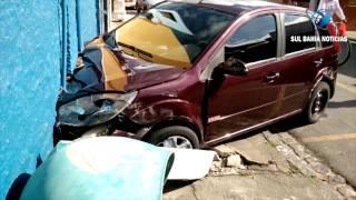 Canavieiras: Carro destrói parede de loja