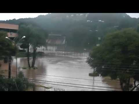 ENCHENTES EM SANTA CATARINA - Videira tem ruas e casas invadidas pela água