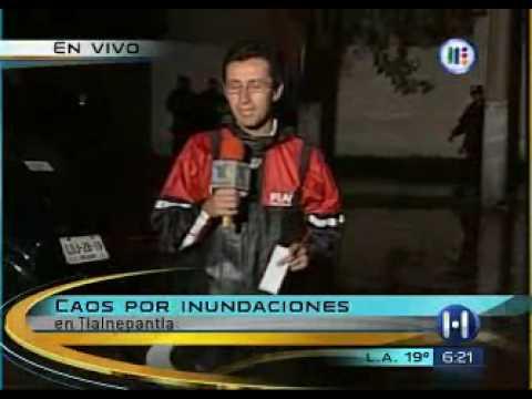 Reportero cae al charco