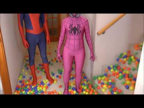 Hombre araña y spidergirl rosa vs veneno! superhéroe divertida en la vida real