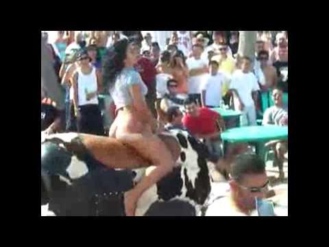 Girl mini Skirt riding Mechanical Bull Fails.  Chica en mini falda monta el toro mecánico y cae.