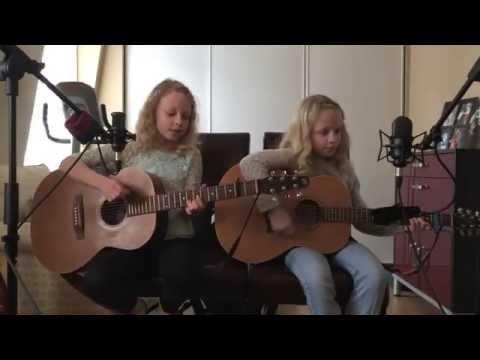 這對雙胞胎姊妹自彈自唱傑森.瑪耶茲的經典名曲,亮點在右邊那位!