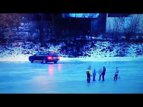 Samochodem po zamarzniętej rzece, obok bawiły się dzieci. Polska