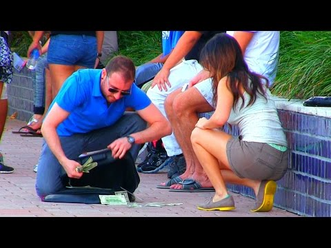 他假裝是遊客去跟女生搭訕但女生說在等朋友,結果當他包包中的鈔票掉出來後女生就立刻站起…