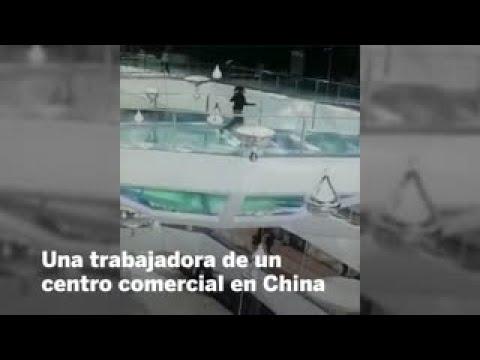 Videos de uñas - Una mujer cae en un tanque de tiburones y sale ilesa