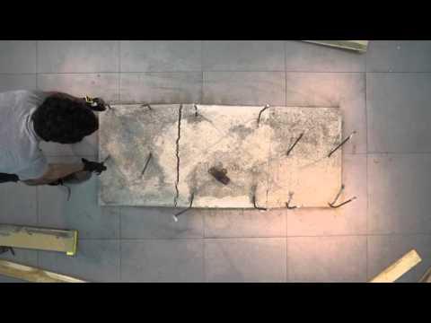 VIDEO: Stůl s židlemi z betonu odráží politickou situaci mezi Palestinou a Izraelem