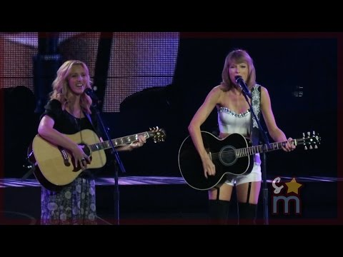 """Taylor Swift & Lisa Kudrow - """"Smelly Cat"""" from """"Friends"""" Clip at Staples Center"""
