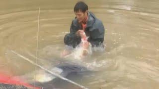 Mężczyzna ratuje kobietę, i psa kilka sekund przed zalaniem samochodu.