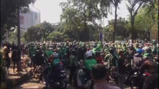 JAKARTA, KOMPAS.com - Ratusan ojek online memblok Jalan Casablanca menuju Kampung Melayu sebagai bentuk protes atas dilarangnya motor melintas di Jalan Layang Non Tol (JLNT) Kampung Melayu-Tanah Abang atau Casablanca, Selasa (25/7/2017).Selengkapnya:  http://kom.ps/AFxufI