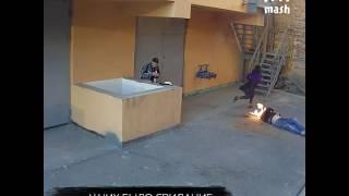 Жуткое видео из Екатеринбурга: прямо рядом с влюбленной парочкой насмерть упал