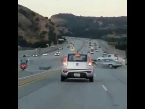 Байкер мощно пнул автомобиль на трассе