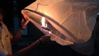 วิดีโอสาธิตการปล่อยโคมลอย โดย โคมลอย ยิ้ม ยิ้ม ^ ^