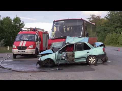 На трассе Житомир - Могилев-Подольский столкнулись рейсовый автобус и легковушка. ФОТО