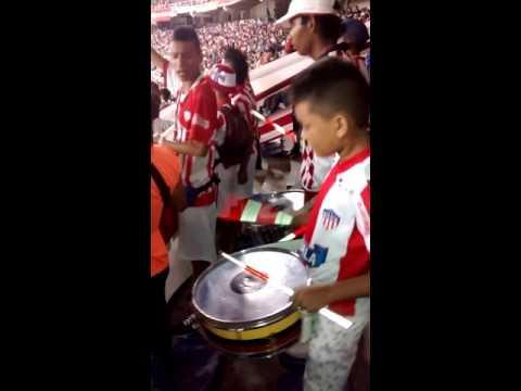 ***Se alegra tocando redoblante en el estadio en la tribuna sur con (  BLOKE CENTRAL ) - Frente Rojiblanco Sur - Junior de Barranquilla - Colombia - América del Sur