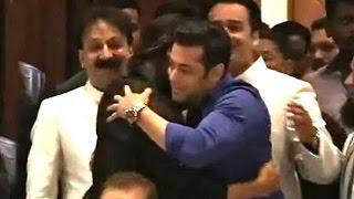 Video All Moments When Salman Shahrukh Hug At Baba Siddiqui Iftar Party 2013-14 MP3, 3GP, MP4, WEBM, AVI, FLV November 2018