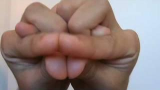 """איך לעשות צורת """"נחש"""" עם כפות הידיים"""