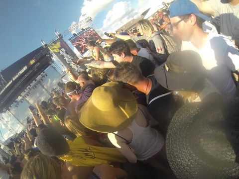 Gavin Rossdale Walks Into Crowd To Sing