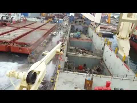 Падение кранов во время работ в турецком доке сняли на видео
