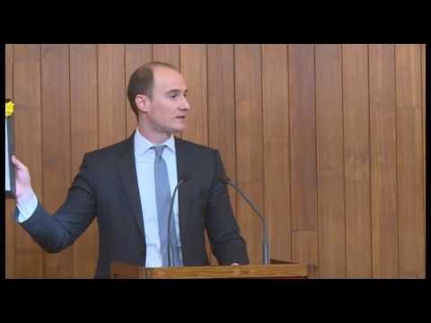 Балша Божовић поклонио градоначелнику Београда урамљен извештај за јавни дуг