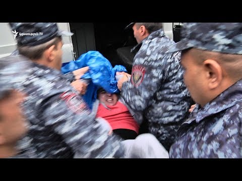 Ոստիկանները ուժի կիրառմամբ բերման ենթարկեցին ցուցարարներին Մաշտոցի պողոտայից  21.04 - DomaVideo.Ru