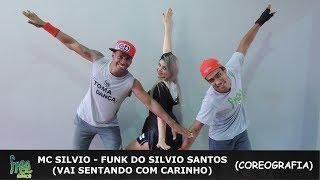 """MC Silvio Santos - Vai Sentando Coreografia - Free DanceDançarinosCarlos - @carlos_avatar_zumbaCarol - @carolfhfBruno - @brunoindiooVenha fazer parte da nossa família se inscreva no nosso canal e não se esqueça de clicar em """"gostei"""" e compartilhar o vídeo!  e fiquem ligados nas próximas novidades! Os Integrantes da Nossa Família ((Free Dance))FacebookDançarina: Carol HenriquesDançarina: Ranna BittencourtDançarina: Kátia Fino Dançarino: Thiago SantanaProf: Jorge Alves ((Jorginho))Prof: Ruan RosaProf: Júlio César ((Julinho))Prof: Wesley Stifler ((Tico))Prof: Anderson AlvesProf: Antonio Bruno ((Bruno Índio))Prof: Carlos Henrique ((Avatar))Patrocínio: STILLUS FITNNESSSe Inscreva no Nosso Canal - FREE DANCE #BORADANÇARDeixe o seu Comentário..."""