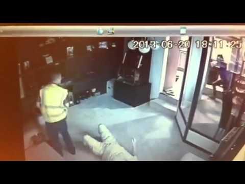 25秒直擊!超悍未婚妻持刀嚇跑搶匪
