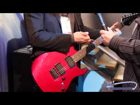 Peavey - Peavey AT-200 Auto-Tuning Guitar: Hands-On Demo & Playing Check us out at: http://www.techoftomorrow.com Facebook: http://www.facebook.com/techoftomorrow Pea...