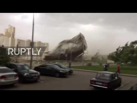 Hurja näky kun tennishalli lähtee lentoon tuulen voimasta Moskovassa