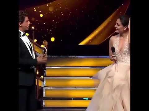 Video Beautiful Kareena Kapoor and Shahruk Khan Fun At  Lux Golden Rose Awards download in MP3, 3GP, MP4, WEBM, AVI, FLV January 2017