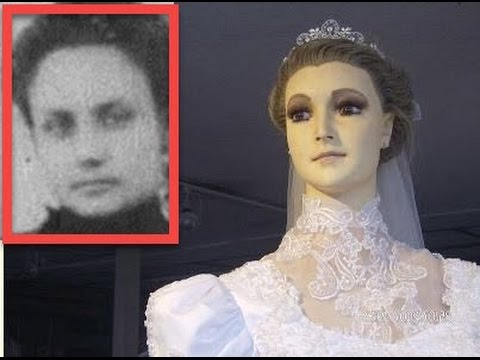 Legend Says That This Mannequin In A Bridal Shop Is Actually A Corpse
