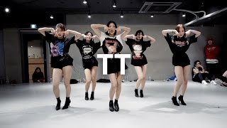 Lia Kim teaches choreography to TT by Twice. Lia has been training Twice since they were trainees, and this is the official...