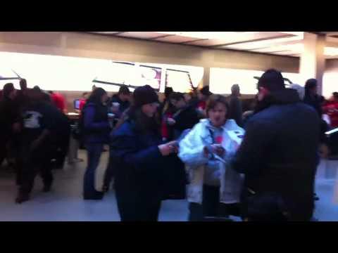 """Clientes atiborran las tiendas Apple por el """"Viernes Negro"""""""