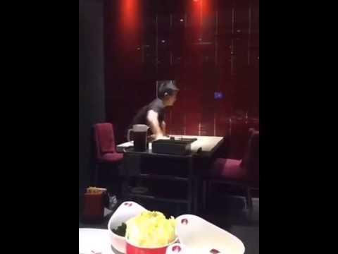 Huikean nopea astiapoika pyyhkäisee pöydän kiinalaisessa ravintolassa