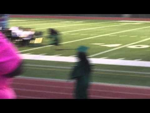 腳踩超高跟鞋 高中女畢業典禮堅持12秒才跌倒!