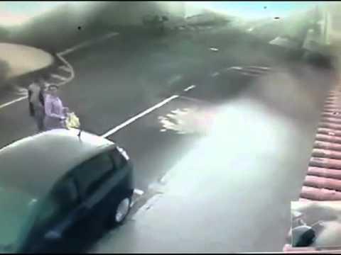 Câmeras registram mulher sendo roubada na Vila Flores