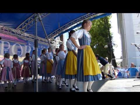 Folklórna sobota na popradskom námestí: Krojované bábiky i stavanie mája