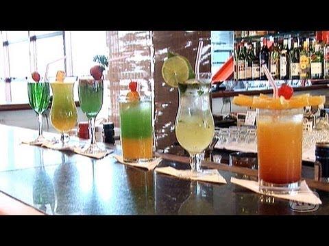 drinks - Instrutor ensina a fazer coquetéis diferentes para as festas de fim de ano.