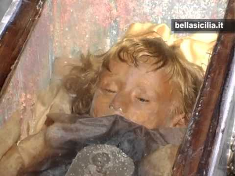 la mummia bambina con il corpo intatto dopo quasi 100 anni