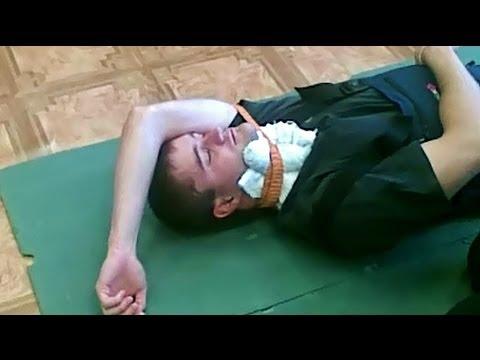 Как остановить кровотечение на шее человека.ПМП.
