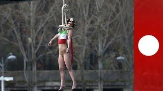 """اعتراض نمادین عضو گروه """"فمن"""" در اعتراض به سفر حسن روحانی"""