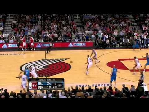 Aldridge dunks on the fast break against Mavericks