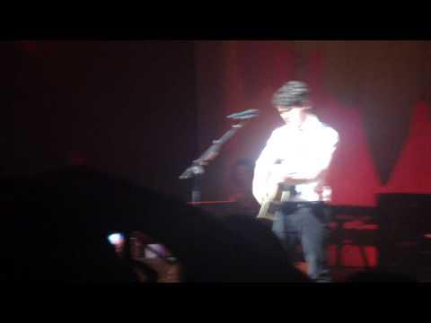 Nick Jonas cantando una canción de Demi Lovato