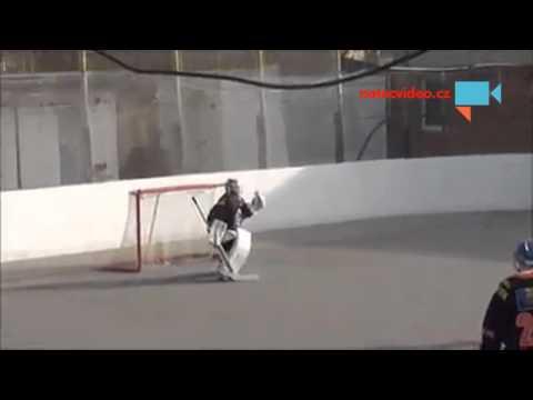 Martin Neruda střílí gól přes půlku (autor videa Karel Neruda)
