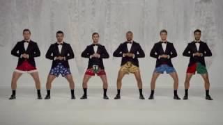 hombres bailando la Navidad