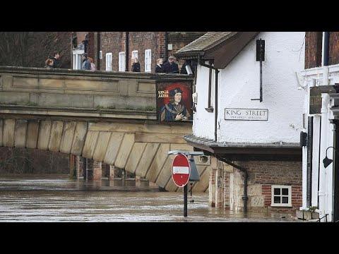 Μ.Βρετανία: Πόλεις και χωριά έχουν βυθιστεί στη λάσπη