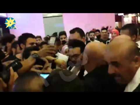 """تامر حسني يحاصر من معجبيه اللبنانيين أثناء حضوره عرض فيلمه """"أهواك"""" في بيروت"""