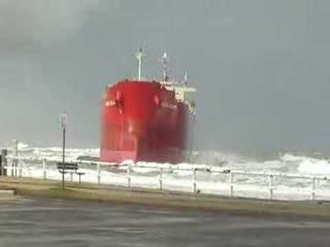 ship runs aground - Here is a movie of the Pacha Bulker oil-liner, which ran aground on Nobby's Beach the night of some big storms in Newcastle.